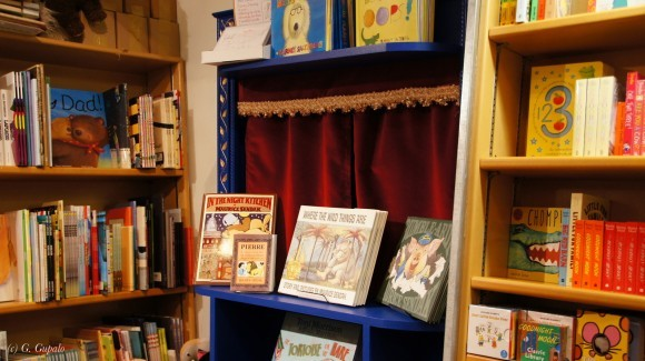 Отдел детской книги с маленьким окошком- сценой для спектаклей.