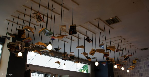 Фонарики в литературном кафе.