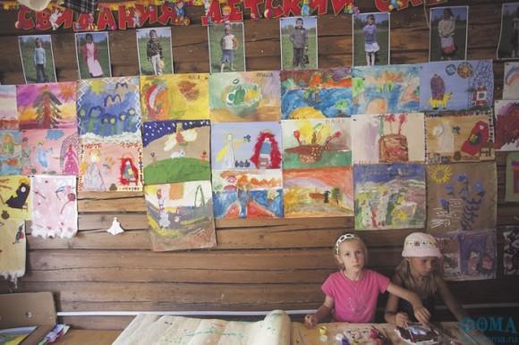 В детском саду волонтеры-взрослые могут спокойно оставить днем своих детей. Здесь с ними постоянно занимаются воспитатель и нянечка, по расписанию приходят педагоги по рисованию, рукоделию, народным песням и играм