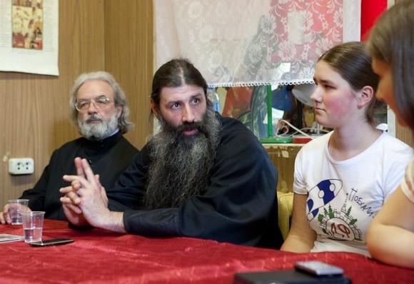 Протоиерей Александр Ильяшенко и протоиерей Максим Первозванский с дочерью. Фото Юлии Маковейчук