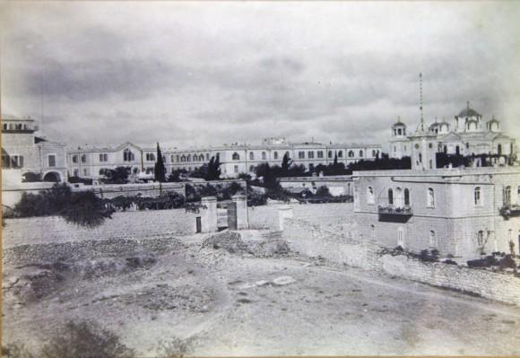 Русские постройки в Иерусалимею. На переднем плане, справа - здание консульства с башней для подъема российского флага. 1870-е годы.