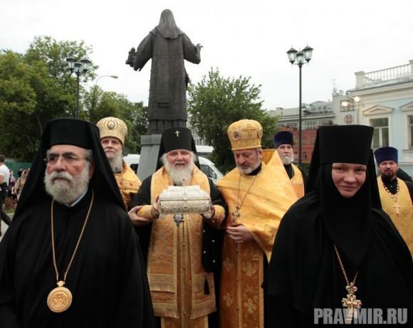 Архиепископ Истринский Арсений с ковчегом