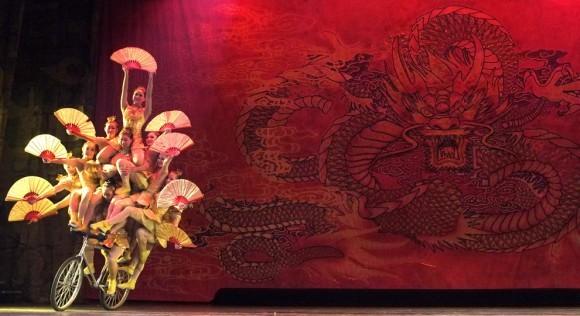 Китайские акробаты. Пекин, 2011 год