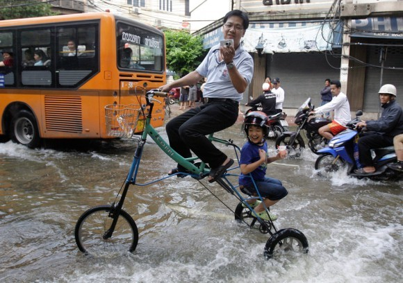 Трехколесный велосипед для наводнений. Бангкок, 2011 год
