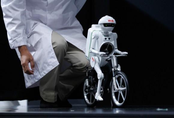 Робот-велосипедист на выставке электроники. Япония, 2011 год