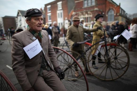 Члены Пиквикского велосипедного клуба. Англия, 2012