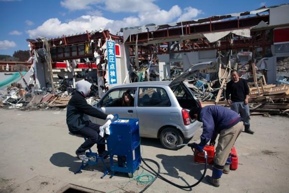 Велосипед-насос на разрушенной землетрясением заправочной станции, Япония