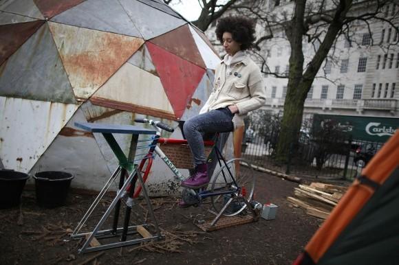 Девушка-электростанция. Лондон, 2012 год