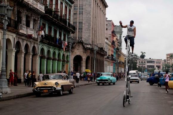 Велосипед более трех метров высотой. Гавана, 2012 год