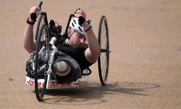 Велосипедист с ампутированными ногами. Англия, 2012 год