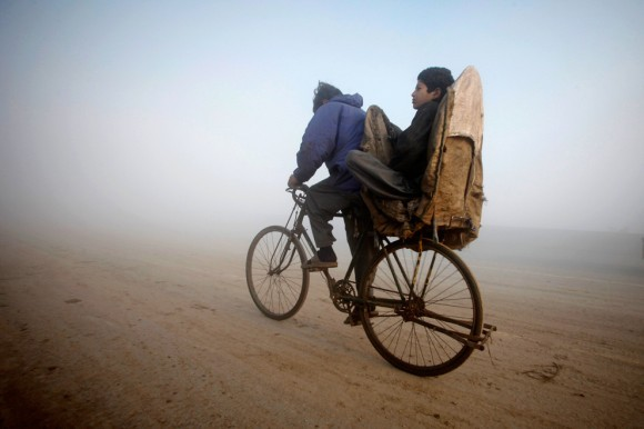 Велосипед с утепленным багажником. Лахор, 2012 год
