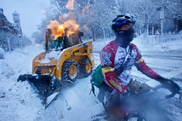 Сильная метель не помешала велосипедной прогулке Марвина Вэнга. Бостон, 2011 год