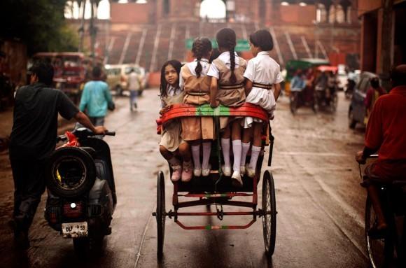 Индийские школьницы ездят на велорикше