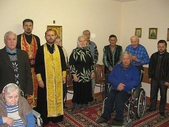 Священник Николай Гайдук в доме-интернате для престарелых. Архивное фото с сайта cerkov.by