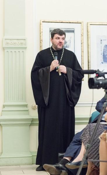Священник Илья Соловьев выступает с комментарием