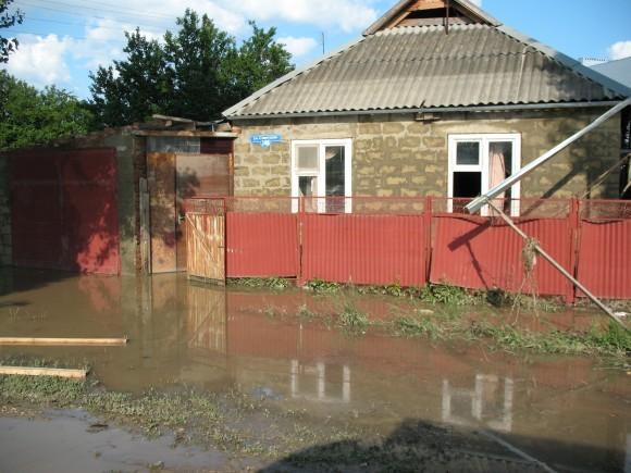 Дом накрыло водой почти до середины крыши