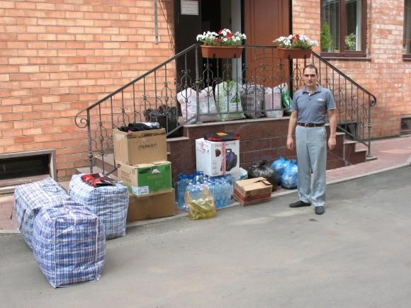 В Свято-Екатерининской кафедральный собор г. Краснодара гуманитарную помощь приносят как прихожане собора, так и другие жители города