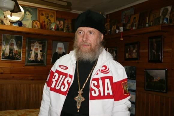 Батюшка из ярославской глубинки отец Сильвестр примерил олимпийский костюм. Фото: Андрей Шагин