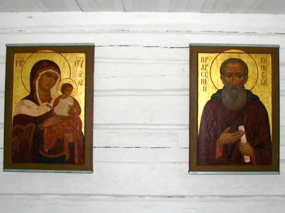 Иконы в часовне на Конь-камне