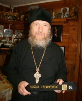 За большой духовный вклад в развитие боевых искусств отец Сильвестр стал обладателем черного пояса Тэквон-До ATF. Фото: Андрей Шагин