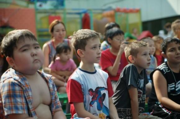 Якутские дети слушают духовный концерт. Фото: eparhia.ya1.ru