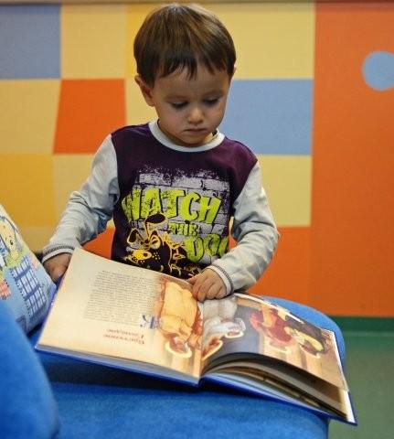 Ярослав читает детское Евангелие