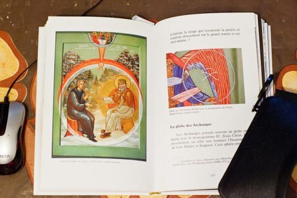 Икона Явления Святого Духа преп. Серафиму как иллюстрация в книге священника Мишеля Кено. Фото Анны Гальпериной