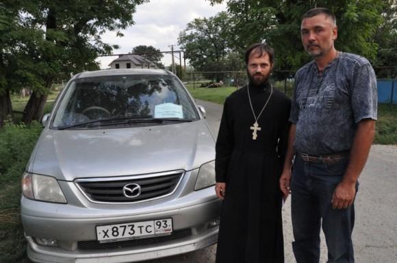 Волонтеры, которые развозят по домам помощь -  священник Николай Ларионов и Андрей Попов