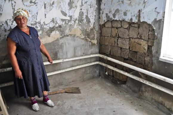 Баканка, промоина в стене дома