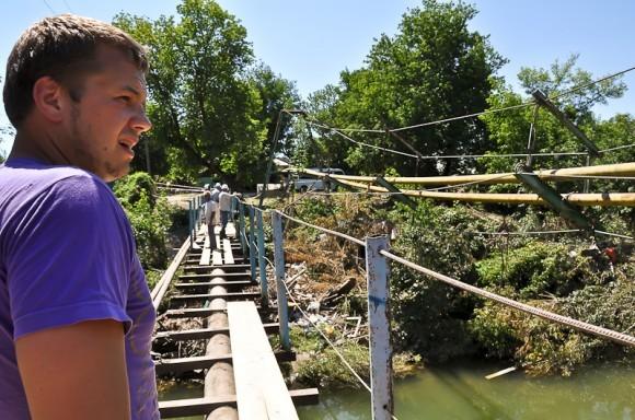 Эдуард в Баканке на пешеходном мосту, котороый так не был восстановлен властями со времени наводнения 2002 г.