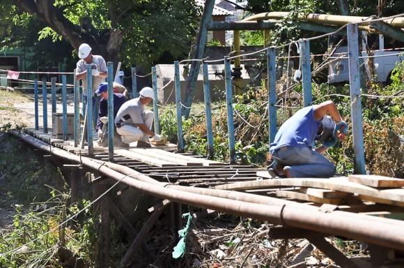 Мост восстанавливает бригада из Сочи, волонтеры. Фото священника Димитрия Свердлова