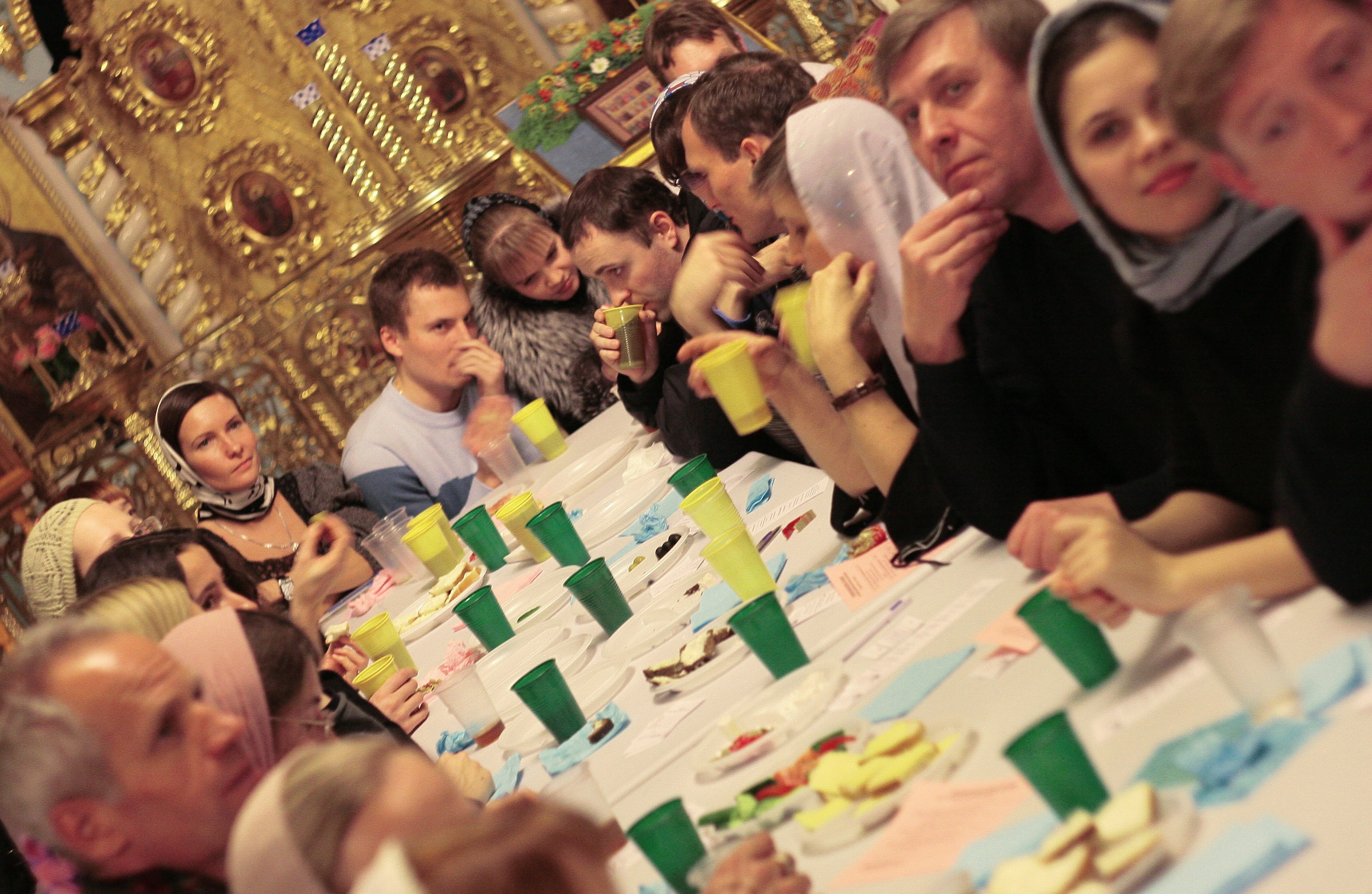 за праздничным столом почему человек не ест почему: