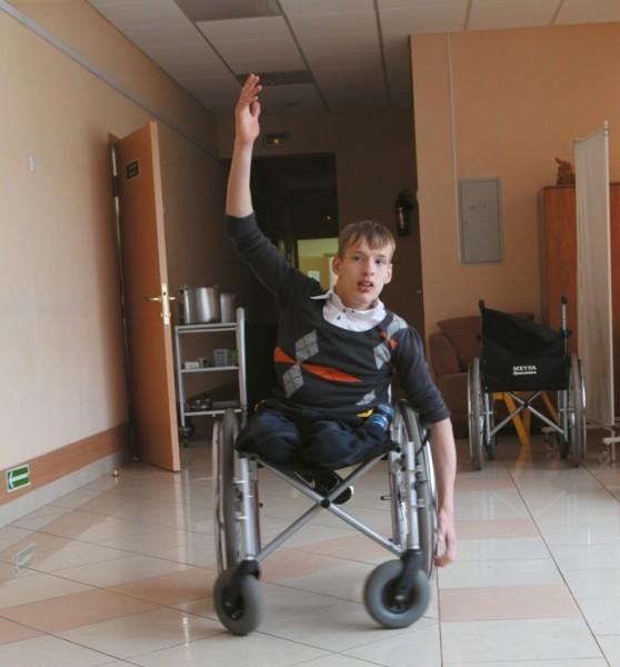Несмотря на тяжелые врожденные травмы, Кирилл сумел стать чемпионом в настоящем танцевальном конкурсе. И свои таланты он с радостью демонстрирует гостям детского дома