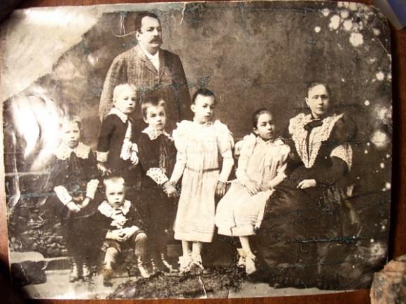 Семья Беляевых. Николай Беляев - стоит крайний слева