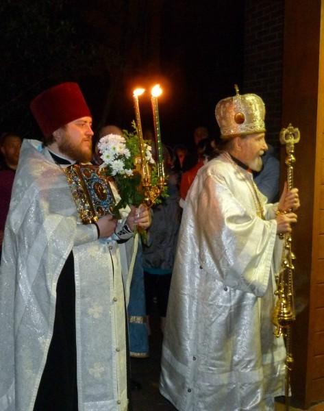 Архиепископ Анатолий и протоиерей Геннадий Андреев во время пасхального крестного хода в Манчестере