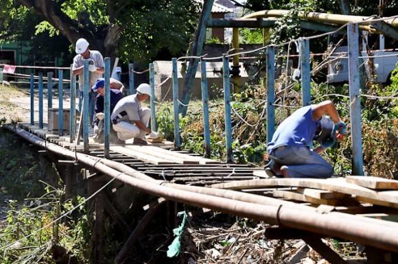 Баканка. Пешеходный мост. Восстанавливается волонтерами после наводнения еще десятилетней давности