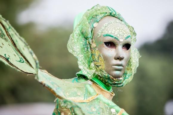 Удивительные маски и костюмы были на актерах из Шоу великанов