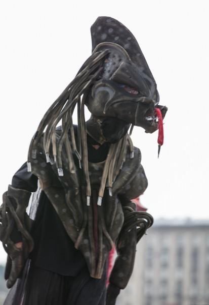 Актеры Tall Brothers, наряженные в костюмы неведомых существ, в два раза выше человеческого роста, были иногда настолько страшные...