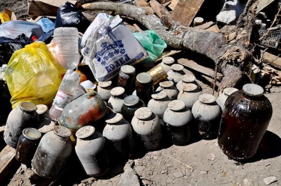 Баканка. Запасы продуктов местные жители хранят в подвалах. Все они непригодны к употреблению