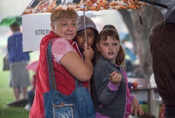 Люди стайками забивались под зонтики