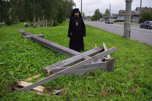Архангельск. Срубленный вандалами поклонный крест