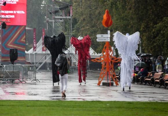 Но шоу должно продолжаться. Карнавальное шествие началось вовремя. Его открывают актеры из театр Tall Brothers