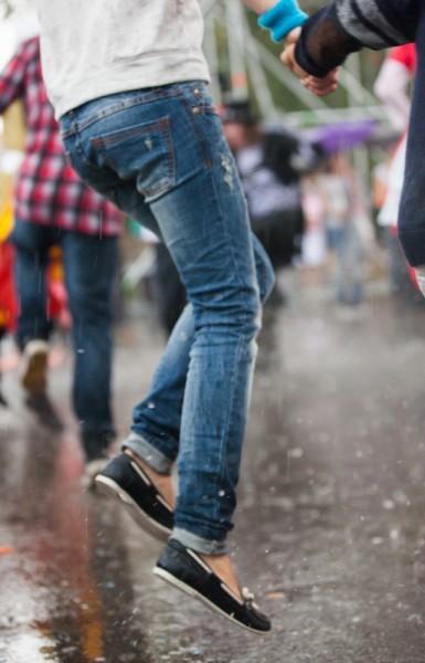 Зрители не отстают от актеров и танцуют, несмотря на дождь