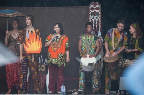 """Спектакль """"Барабан Леобарда Осэбо"""" - сказка-концерт, в которой были задействованы традиционные барабаны, народные напевы Гвинеи, макси и зрители"""