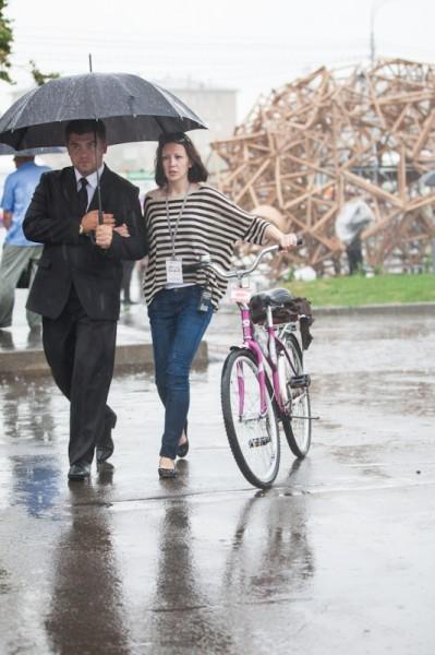Люди идут на праздник вместе с дождем