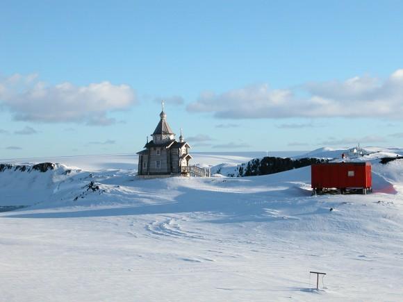 Храм и домик священников