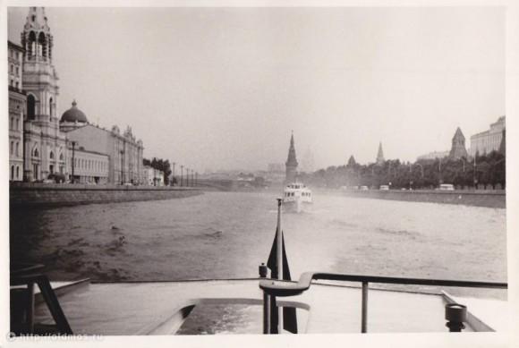 Вид на набережную Мориса Тореза и Кремль с кормы речного трамвайчика. Фотография сделана в июле 1980 года. Фото: oldmos.ru