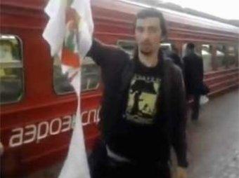 """""""Православный активист"""" с сорванной с человека футболкой с символикой Pussy Riot"""