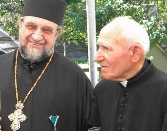 Прот. Петр Петров и бывший военнопленный, а ныне священник Варга Имре