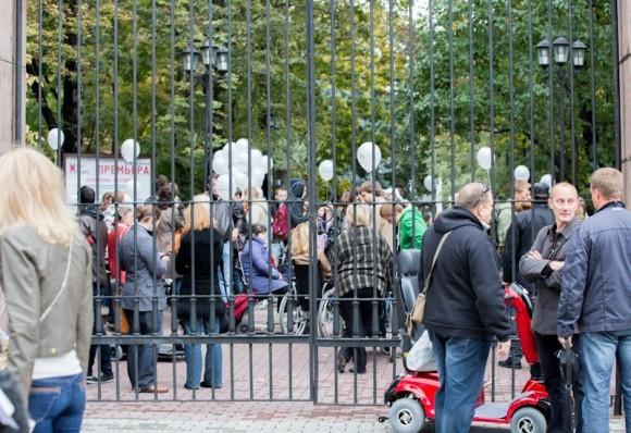 Четвертый раз подряд журнал «Большой город» провел традиционную прогулку по Москве на инвалидных колясках. Сбор участников акции проходил в саду «Аквариум» на Садовой-Спасской